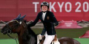 Una pentatleta olímpica pasó del primer lugar al 31—rompió en llanto después de que su caballo se negara a saltar