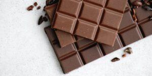 Comer chocolate puede ayudar a las mujeres a quemar grasa y dormir mejor tras la menopausia —pero es imprescindible hacerlo a esta hora