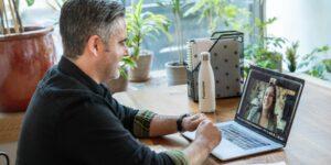 Si eres el trabajador en home office durante una reunión virtual, es más probable que te pasen por alto —te decimos cómo ser tomado en cuenta