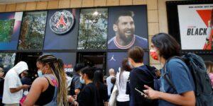 Camisetas desaparecen de las estanterías, millones de nuevos seguidores en redes sociales y derechos de TV —este es «el efecto Messi» en la economía del París Saint-Germain