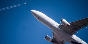 Las aerolíneas retomarán el vuelo en sus ingresos con los viajes de placer —pero los usuarios pagarán boletos más caros, advierte McKinsey & Company