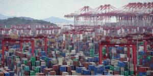 Los puertos en China colapsan por su política de tolerancia cero al Covid-19 —esto pone presión al comercio y la inflación a nivel mundial