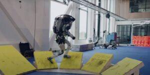 Boston Dynamics muestra los avances de su robot Atlas con una nueva rutina de 'parkour'