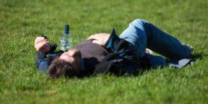 Si crees que beber agua te ayuda a prevenir la cruda, piénsalo dos veces