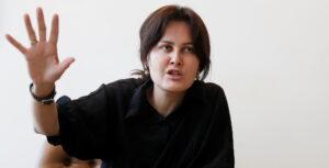 Directora de cine afgana relata cómo pudo salir de Kabul