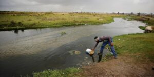 La industria de la «moda rápida» contribuye a la contaminación de los ríos africanos