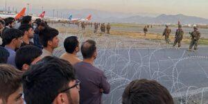 Las razones por las que la mayoría de las personas fotografiadas intentando huir del aeropuerto de Kabul eran hombres según expertos