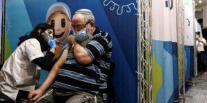 Israel halla que tercer refuerzo de vacuna Pfizer reduce significativamente riesgo de Covid-19