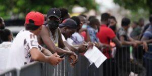 Autoridades migratorias de México suspenden a dos agentes tras agresión a migrante