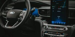 Si tu celular no se conecta a tu carro no eres el único —un estudio reveló que es de las principales quejas hacia la industria automotriz