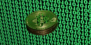 Bitcoin se resiste a morir y se mantiene por encima de 50,000 dólares —se prevé que la criptomoneda pueda aumentar 28% adicional, según un analista