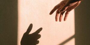 Así es como puedes identificar y ayudar a una persona en riesgo de suicidio