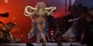 Britney Spears sufrió de urticaria mientras ensayaba con una pitón su icónica actuación en los VMA 2001
