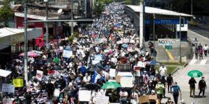 Después de que bitcoin se aprobara en El Salvador, manifestantes piden destitución de Bukele por ataques a la democracia
