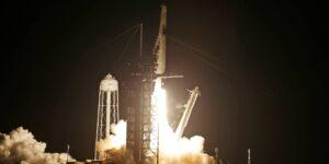 La misión Inspiration4 de SpaceX despega exitosamente hacia la órbita terrestre —es el primer vuelo espacial de la historia tripulado únicamente por civiles