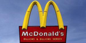 Un canadiense murió atropellado por su propio coche en un autoservicio de McDonald's