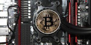 Una sola transacción de bitcoin genera tanta contaminación como desechar dos iPhones, según los economistas