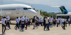 Estados Unidos y México sacan a migrantes haitianos de la frontera en vuelos de repatriación y camionetas
