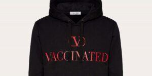 Valentino se asoció con una marca pirata de Los Ángeles para crear una sudadera con la palabra «Vacunado» en ella —celebridades y expertos de moda la piden a gritos
