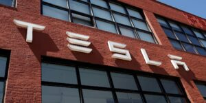 Tesla deberá pagar 137 millones de dólares a un hombre negro que fue objeto de abusos racistas mientras trabajaba como ascensorista en la empresa