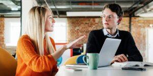 ¿Cuál es el mejor color en un look para una entrevista de trabajo? Los expertos le dicen no al naranja, descubre cuál prefieren