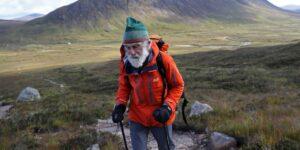 FOTOS: Este hombre de 81 años escala montañas escocesas para sobrellevar la enfermedad de su esposa —y recaudar fondos en su nombre