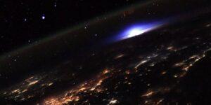 Esta foto de un astronauta muestra un raro 'espectro rojo' en la atmósfera de la Tierra causado por un rayo que se dispara hacia el espacio