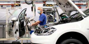 CEO de Volkswagen advierte que cambio a autos eléctricos podría costar 30000 empleos, según reportes