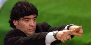 Un video de 2000 muestra a Diego Armando Maradona acostado en una cama con una chica de 16 años, quien afirma que el exfutbolista ayudó a traficarla