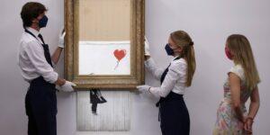 Una obra triturada de Banksy se vende en 25.4 millones de dólares en su regreso a Sotheby's