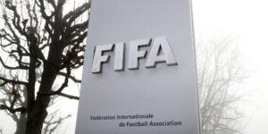 La FIFA dice que ayudó a evacuar a 100 jugadores y sus familiares de Afganistán