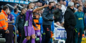 2 jugadores del Tottenham habrían salvado la vida de un aficionado tras verlo derrumbado en las gradas y pedir un desfibrilador