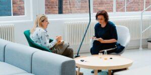Soy terapeuta y tengo muchos clientes que temen volver a una oficina —estos son 5 trucos que les doy para prepararse mentalmente