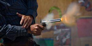 ¿Cómo funciona un arma de utilería y cómo puede matar a alguien?