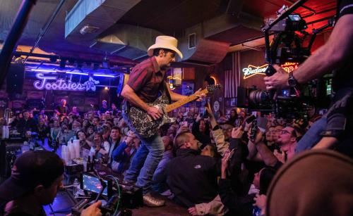 BRAD PAISLEY MAKES SURPRISE APPEARANCE AT TOOTSIES IN  DOWNTOWN NASHVILLE