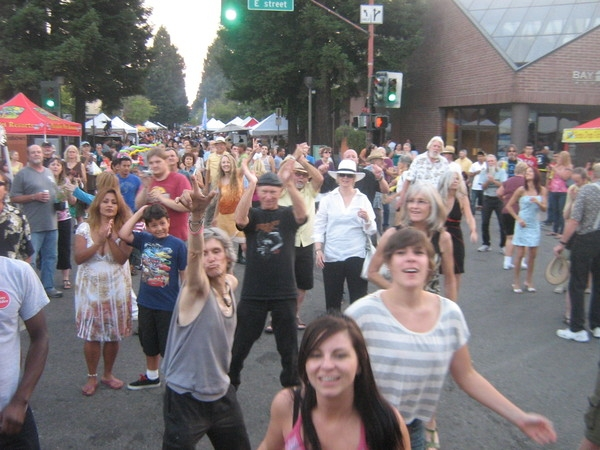 <p>&nbsp;Fun &amp; rockin crowd at Santa Rosa Wednesday Night Market</p>
