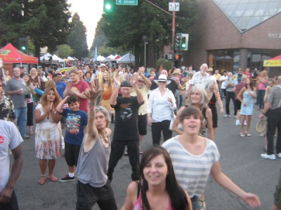<p> Fun & rockin crowd at Santa Rosa Wednesday Night Market</p>