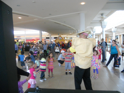 Teaching Pizza dance for kids at the Mall