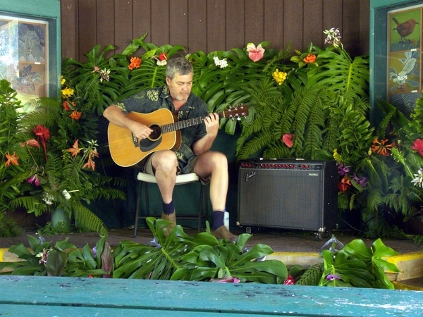Arthur plays the Panaewa Rainforest Zoo. (2009)