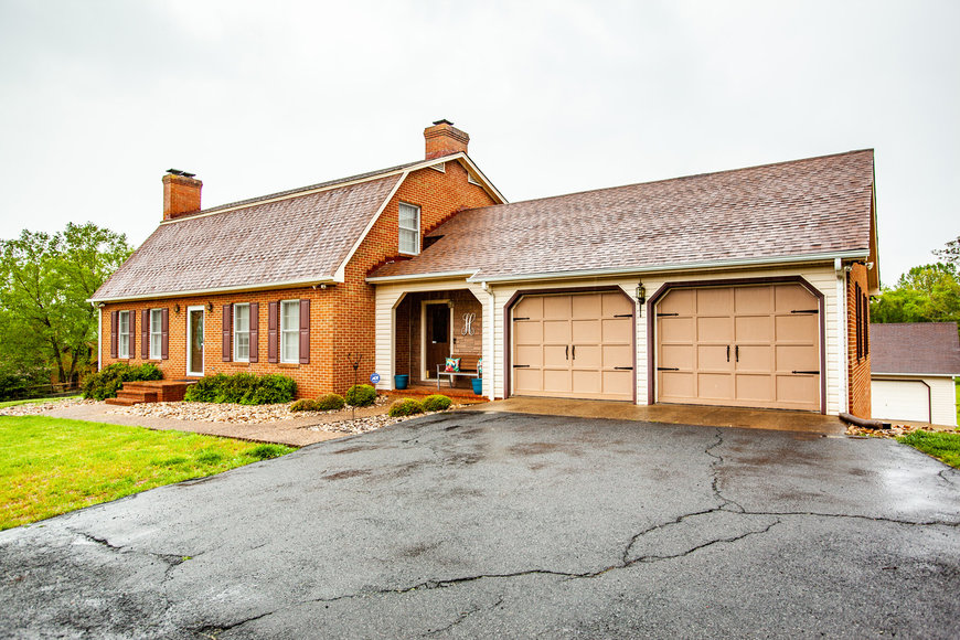 4 BR/4 BA Custom Home on 2.3 +/- Acres in Ivy Farms Only Minutes From UVA & Downtown Charlottesville--ONLINE ONLY BIDDING!!