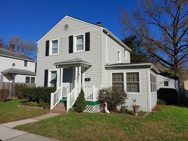 2 STORY VINYL SIDED HOUSE & 1 CAR GARAGE