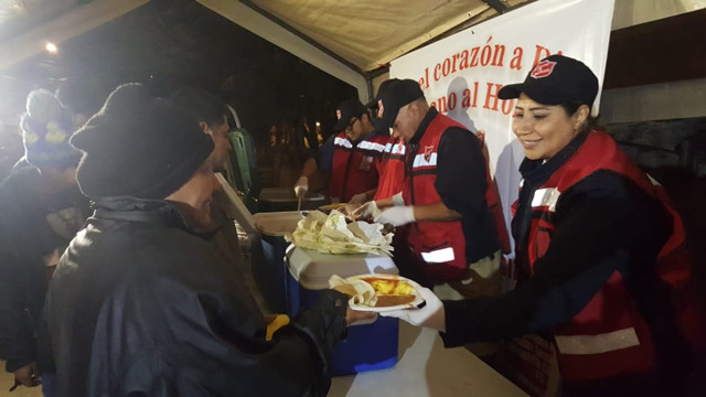 Meals are provided to the migrant caravan