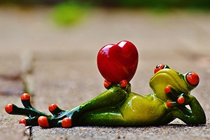 figure of a frog holding a heart to demonstrate that heart rate is key to a good workout