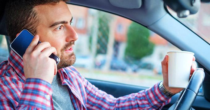 O que pode ou não pode na hora de dirigir? Alguns hábitos comuns no trânsito que podem ser infrações