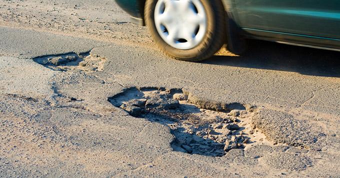 Saiu no prejuízo por causa de buraco na estrada? Você pode ser indenizado