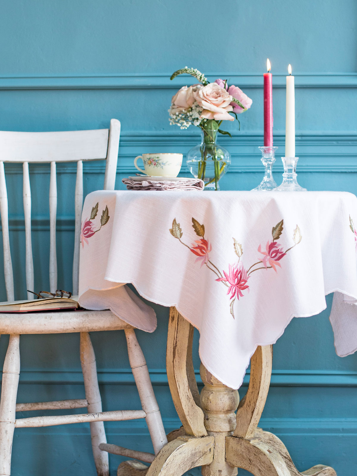 Embroidered tablecloth in Vintage Charm.