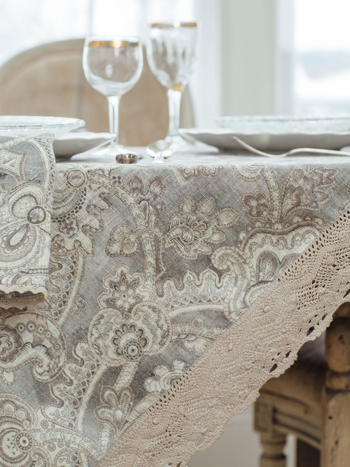 Queens Court Linen Tablecloth