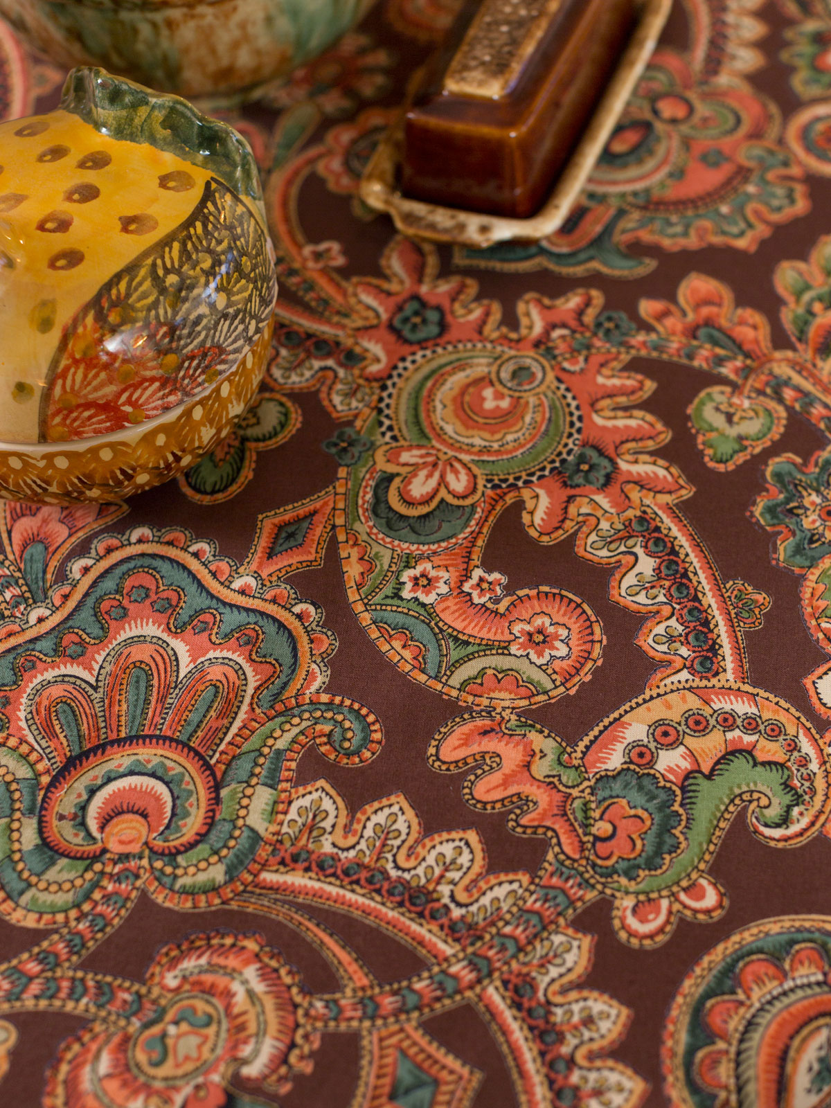 Queen's Court Tablecloth - Chocolate