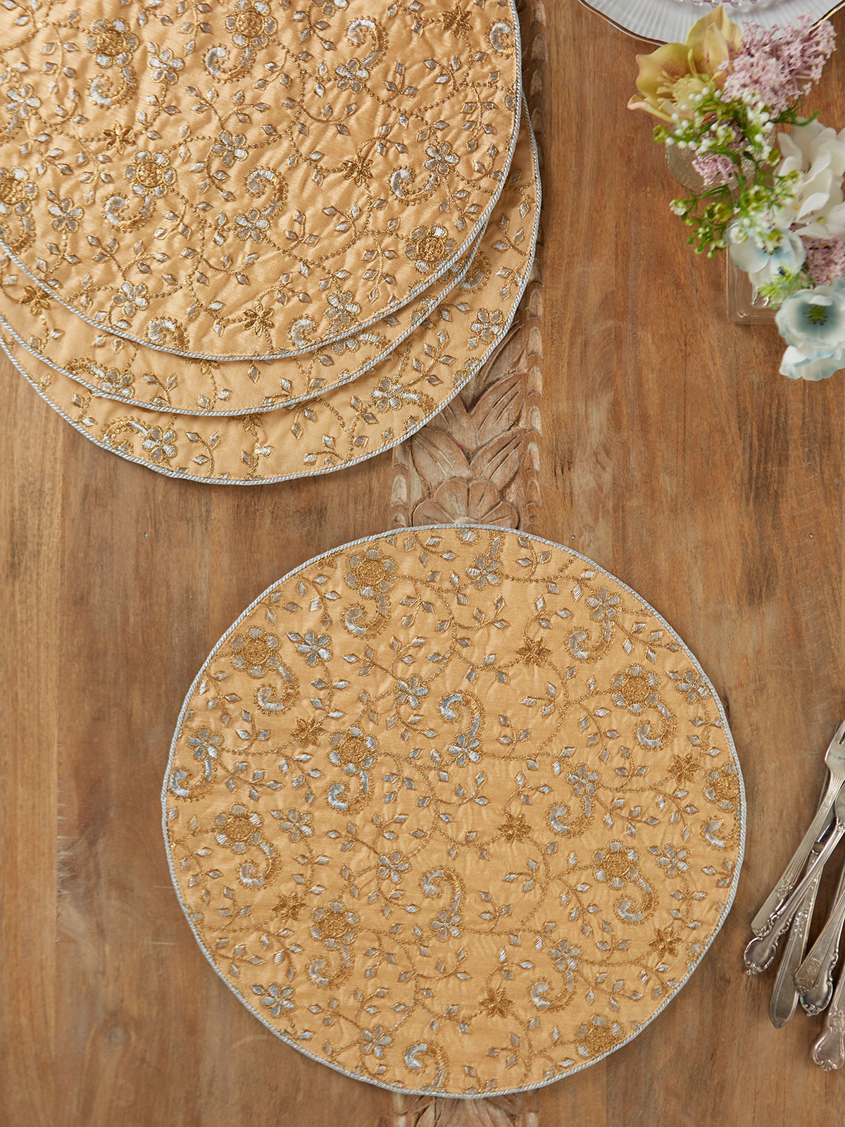 Shimmering Garland Round Placemat