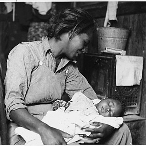 Migrant cotton picker and her baby, Buckeye, AZ, 1940 (National Archives)
